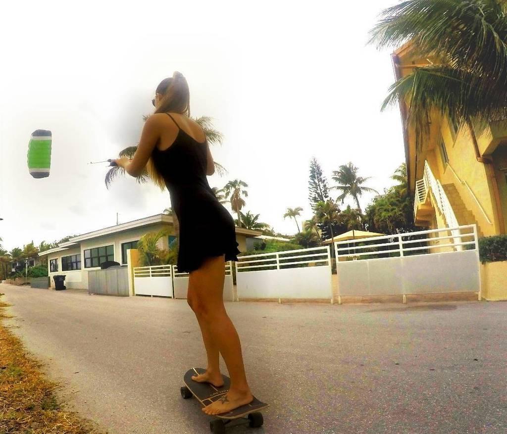 Haciendo sur en asfalto con un surf skate